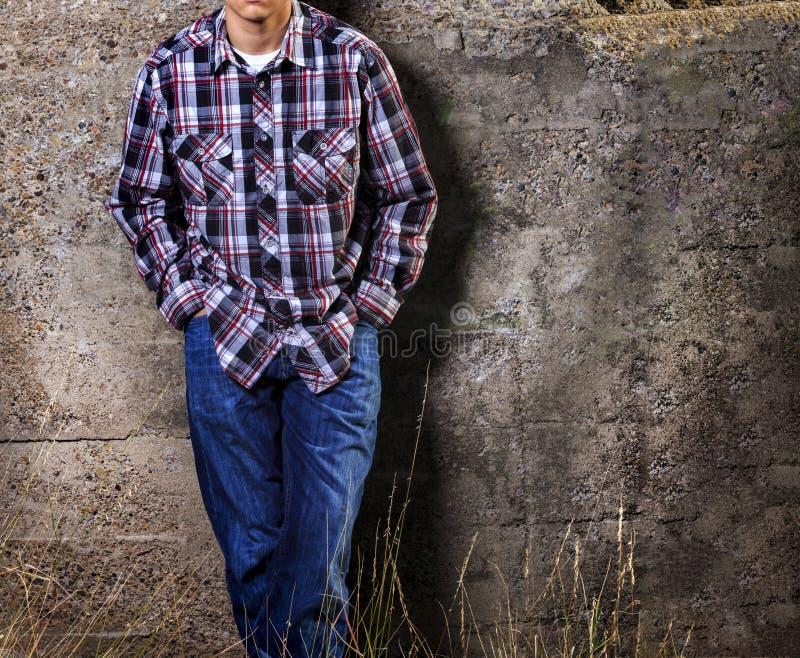 Homem que inclina-se na parede fotografia de stock royalty free