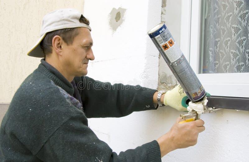Homem que instala o windowsill #2 imagens de stock royalty free