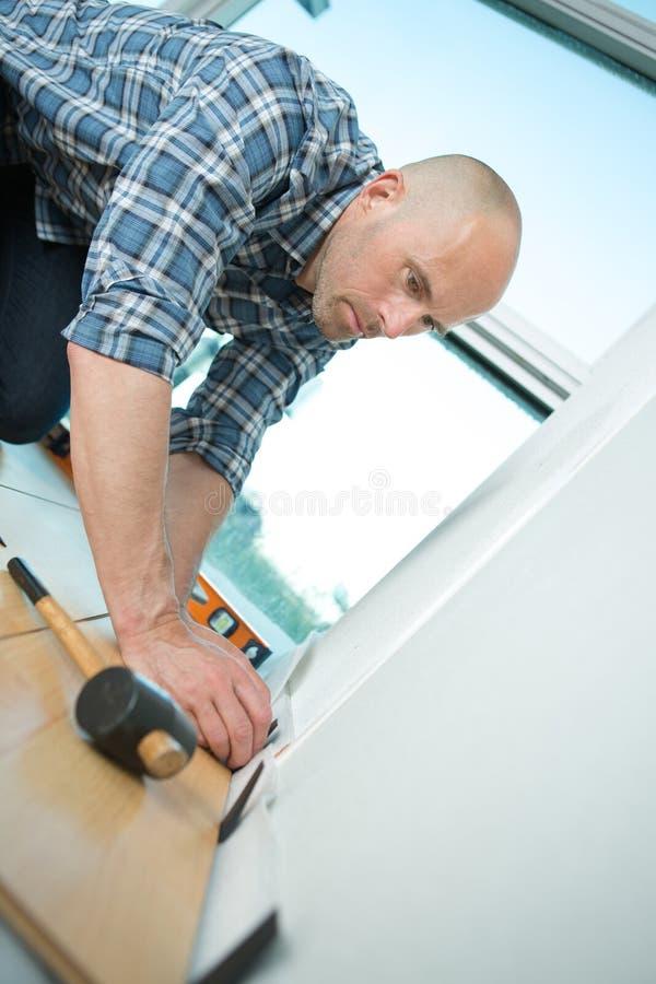 Homem que instala placas de revestimento foto de stock