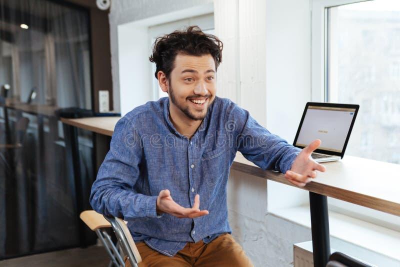 Homem que interage com o alguém no escritório foto de stock