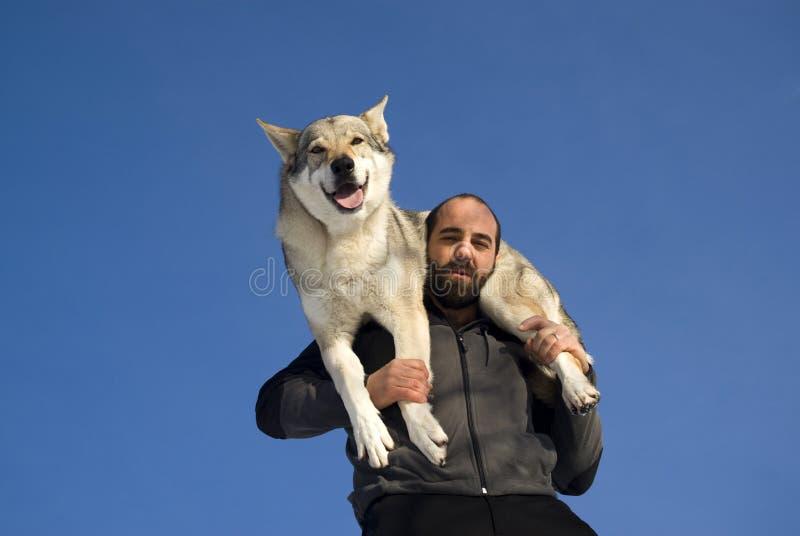 Homem que joga com cão fotografia de stock royalty free