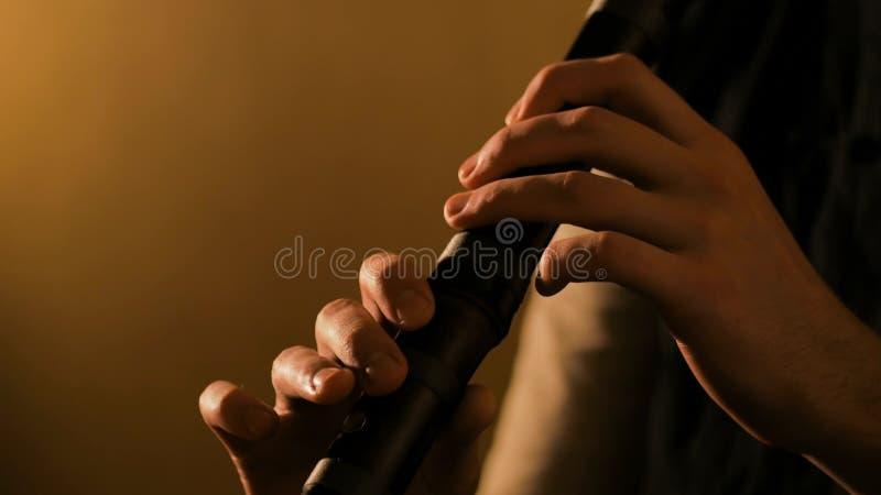 Homem que joga a flauta de bambu japonesa - shakuhachi fotos de stock