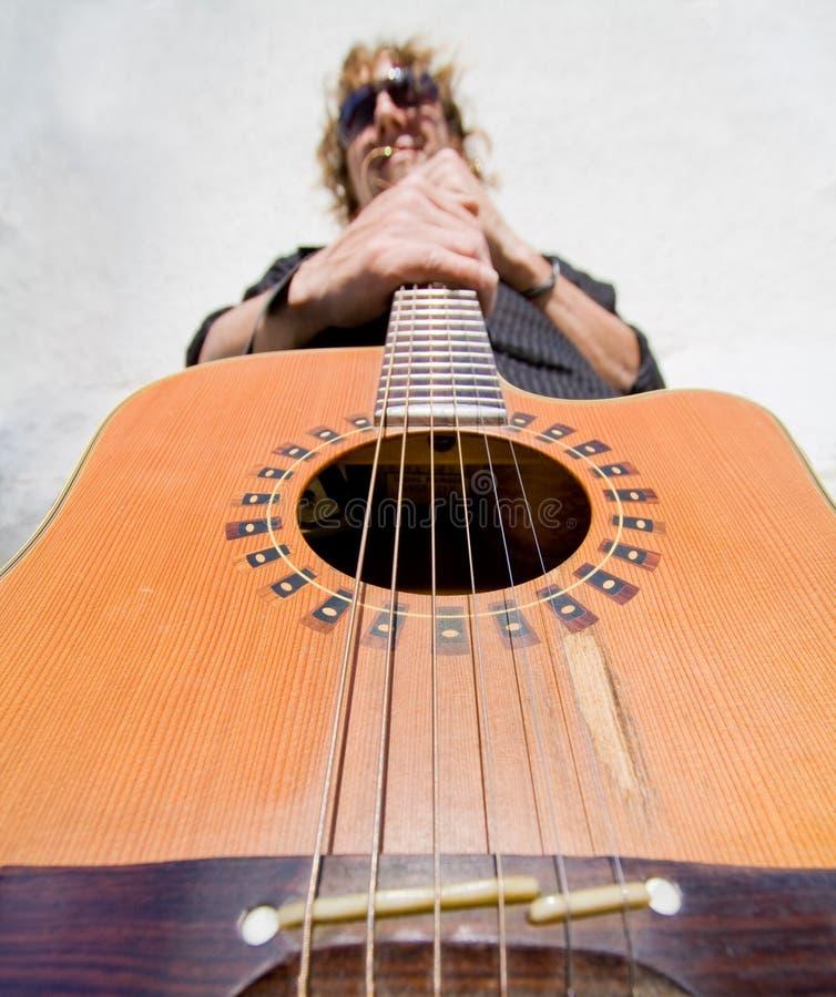 Homem que joga a guitarra acoutic fotografia de stock royalty free