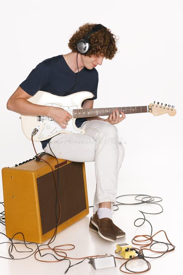 Homem que joga a guitarra elétrica imagens de stock