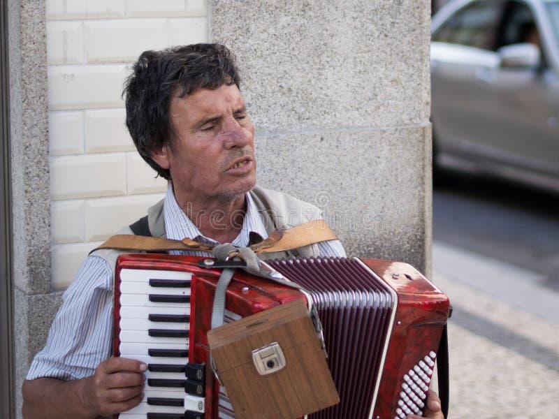 Homem que joga o acordeão foto de stock royalty free