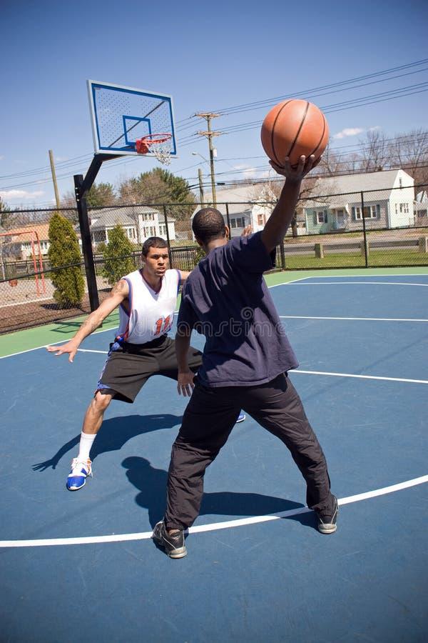 Homem que joga o basquetebol imagem de stock