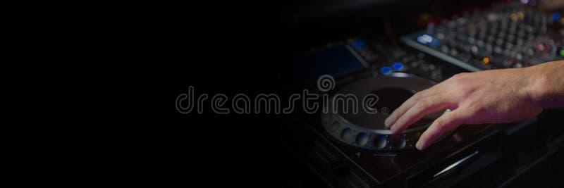 Homem que joga o equipamento do DJ fotografia de stock royalty free
