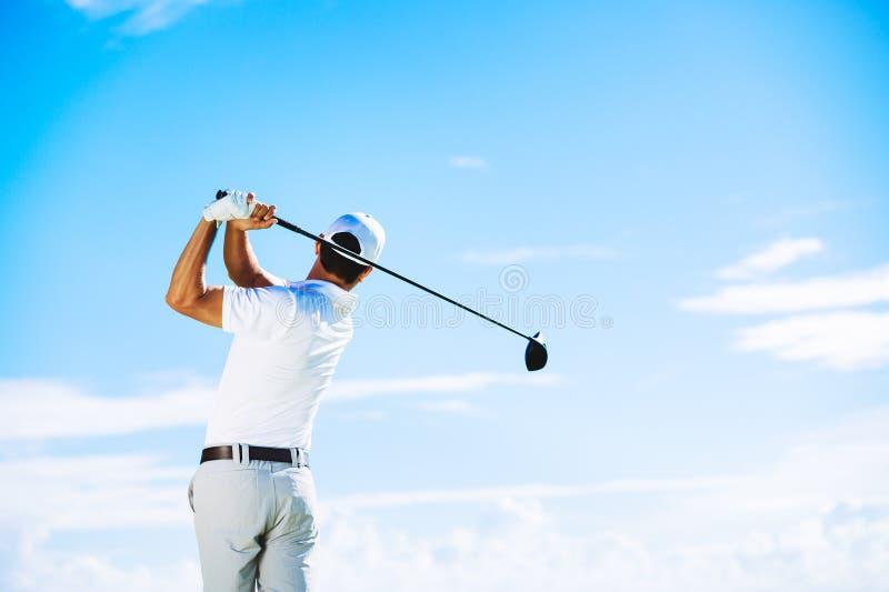 Homem que joga o golfe