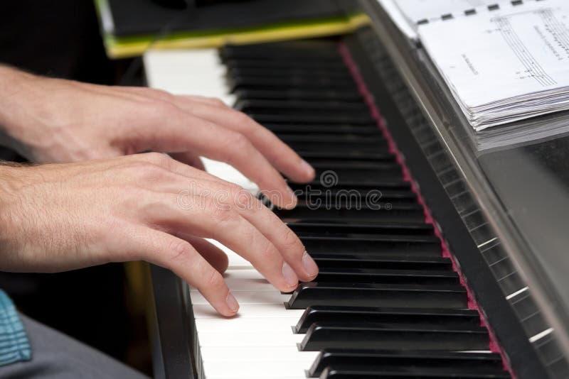 Homem que joga o piano, teclado, compondo, grava??o da casa/conceito do est?dio fotografia de stock royalty free