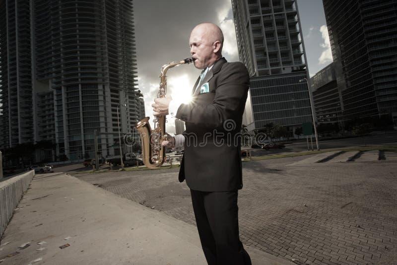 Homem que joga o saxofone fotos de stock