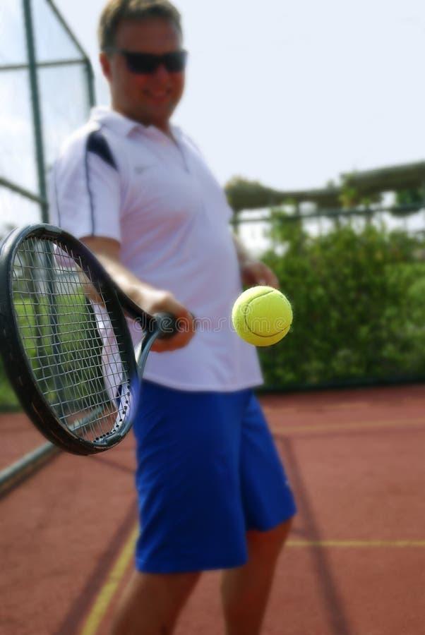 Homem que joga o tênis imagens de stock