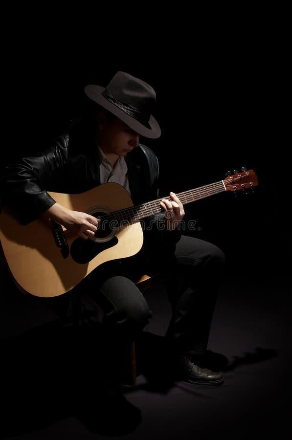 homem que joga sua guitarra acústica imagens de stock