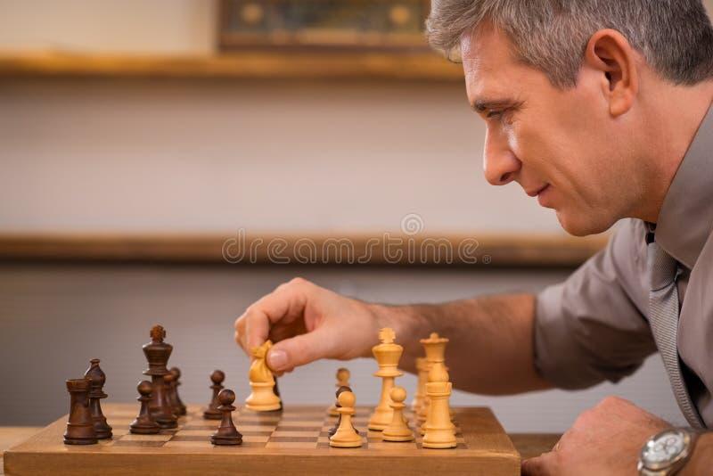 homem que joga a xadrez foto de stock royalty free