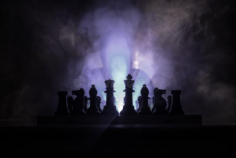 homem que joga a xadrez A silhueta borrada assustador de uma pessoa no tabuleiro de xadrez com xadrez figura Fundo nevoento tonif fotos de stock