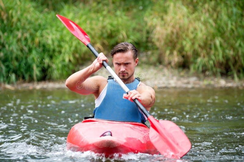Homem que kayaking foto de stock royalty free