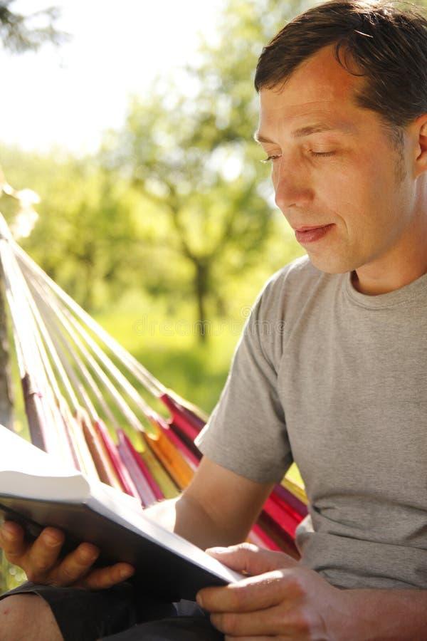 Homem que lê a Bíblia fotos de stock