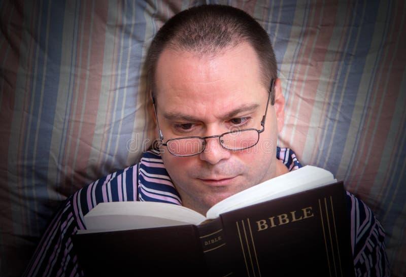 Homem que lê a Bíblia foto de stock