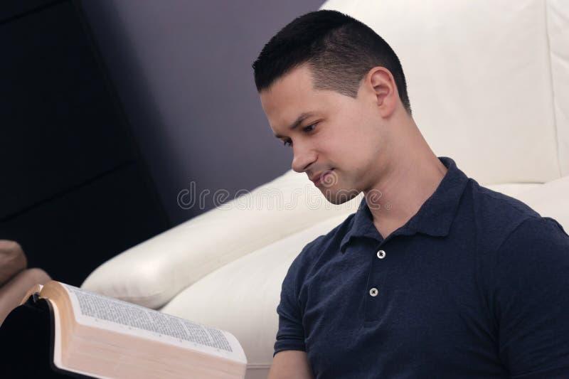 Homem que lê a Bíblia santamente fotos de stock
