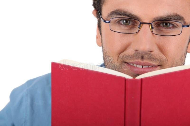 Homem que lê um livro fotos de stock
