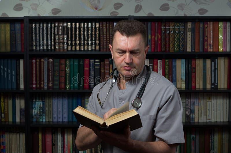 Homem que lê um livro fotografia de stock royalty free