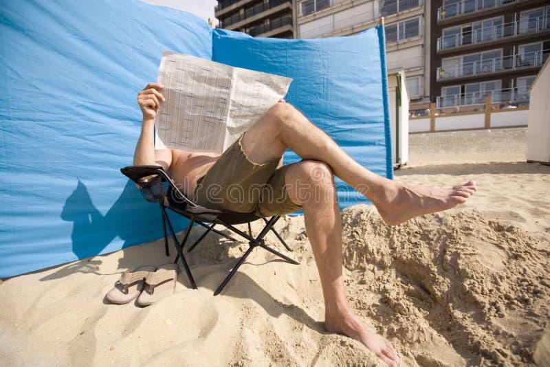 Homem que lê um papel imagem de stock