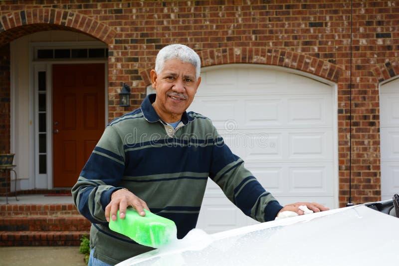 Homem que lava seu carro imagens de stock