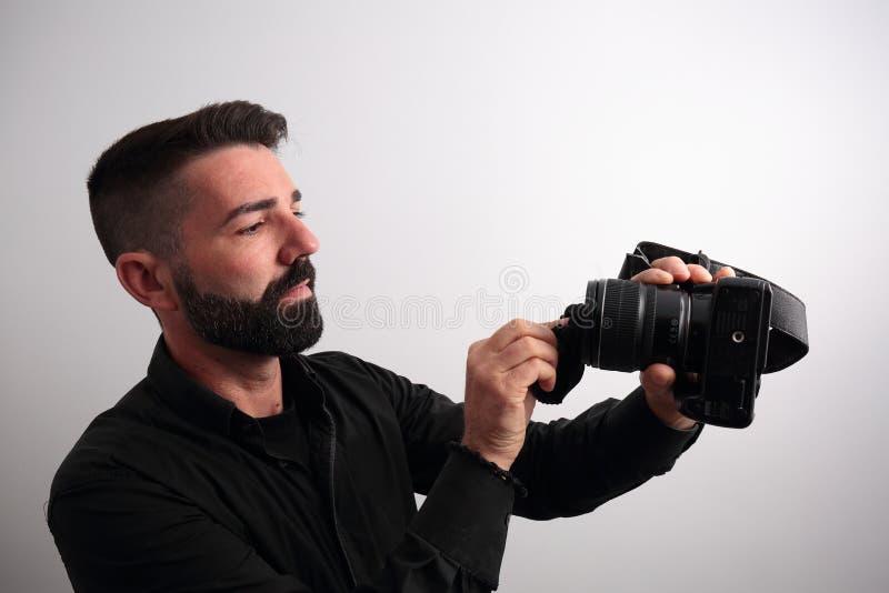 Download Homem que limpa a objetiva foto de stock. Imagem de ocupação - 65575616