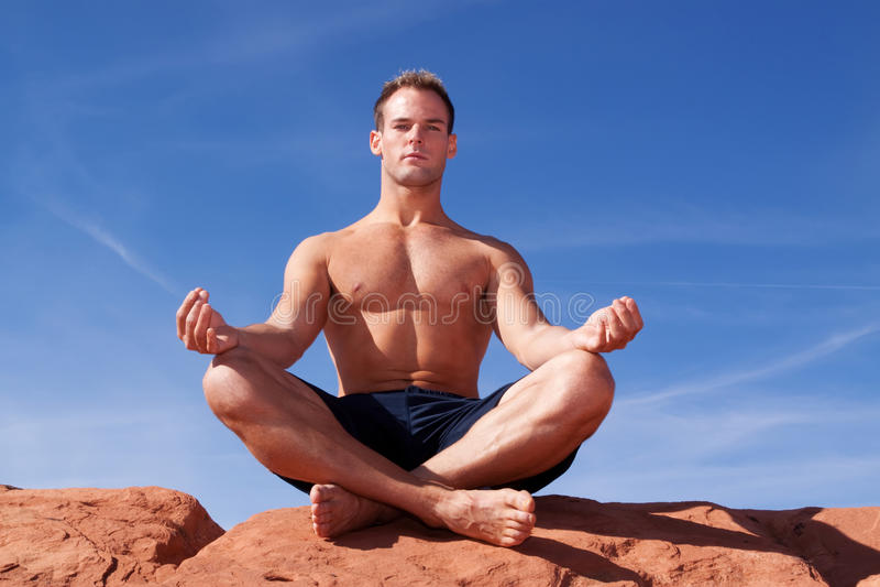 Homem que meditating ao ar livre foto de stock royalty free
