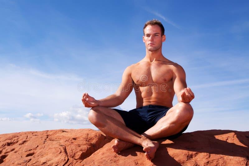 Homem que meditating ao ar livre fotos de stock royalty free