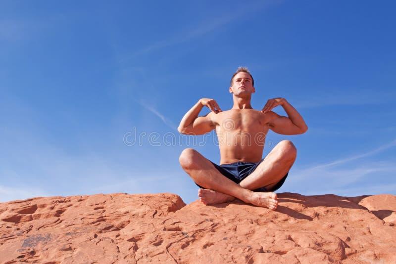 Homem que meditating ao ar livre foto de stock