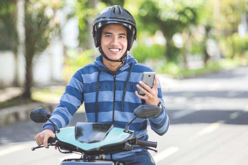 Homem que monta um motorcyle ou um velomotor foto de stock royalty free
