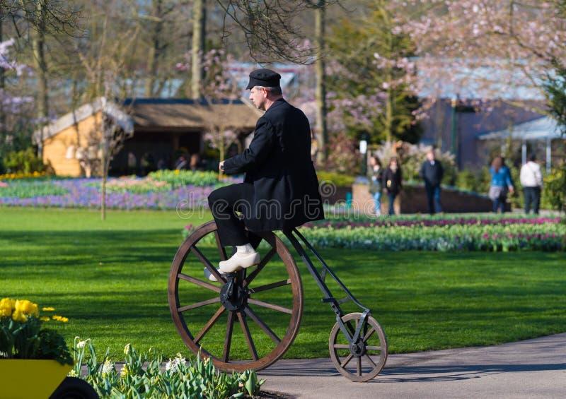 Homem que monta um velocipede fotografia de stock