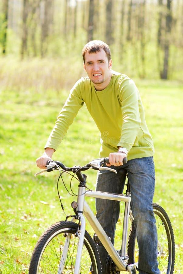 Homem que monta uma bicicleta imagem de stock royalty free
