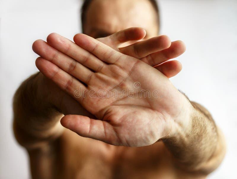 Homem que mostra as mãos foto de stock