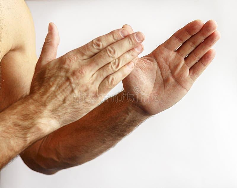 Homem que mostra as mãos foto de stock royalty free