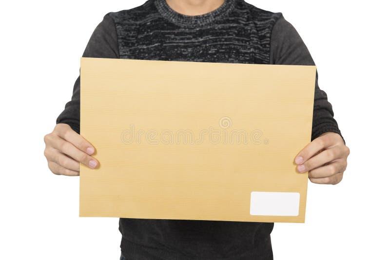 Homem que mostra o envelope marrom foto de stock royalty free