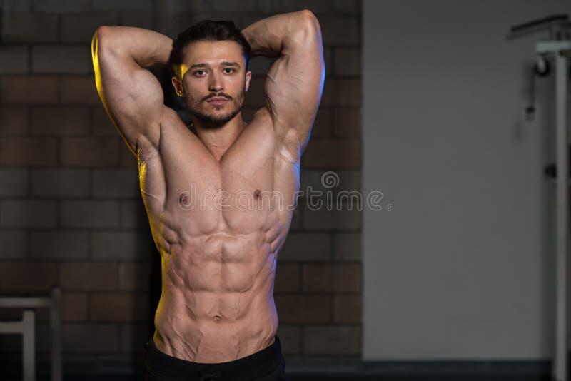Homem que mostra o músculo abdominal imagem de stock