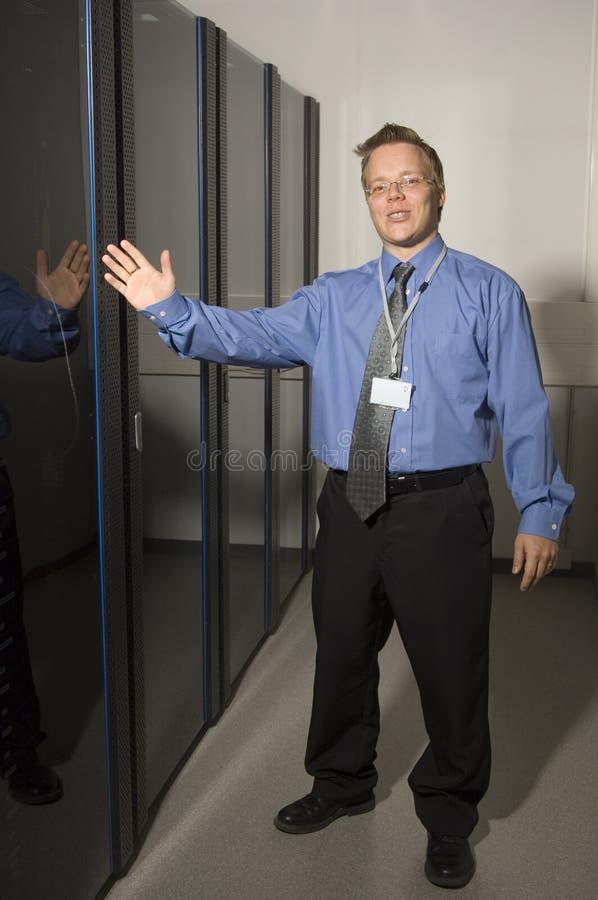Homem que mostra o quarto do server imagens de stock royalty free