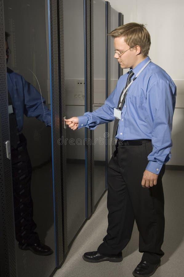 Homem que mostra o quarto do server fotos de stock royalty free