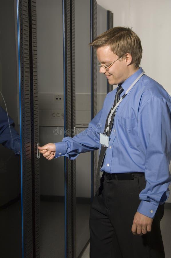 Homem que mostra o quarto do server imagens de stock