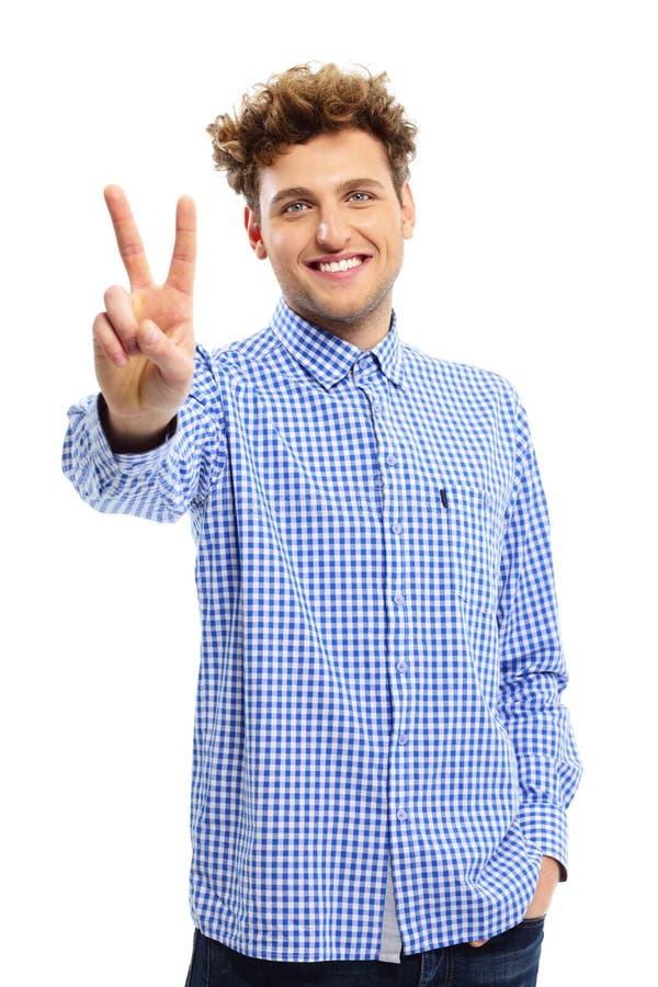 Homem que mostra o sinal dos dedos da vitória fotos de stock royalty free
