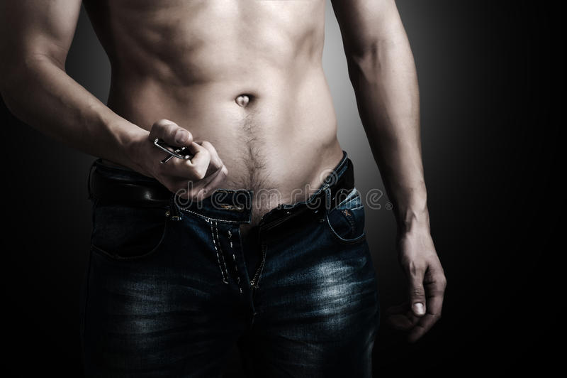 Homem que mostra seu corpo muscular fotos de stock