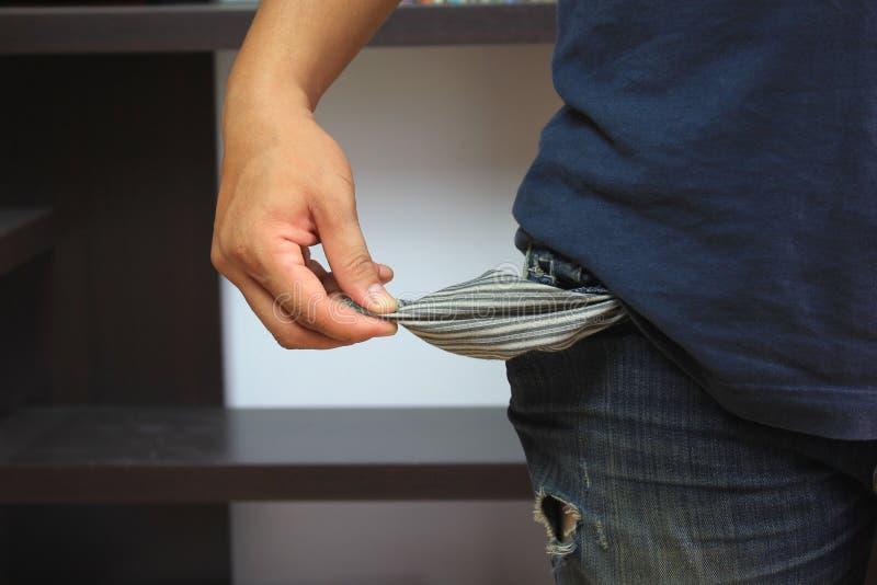 Homem que mostra seus bolsos vazios no escritório imagens de stock
