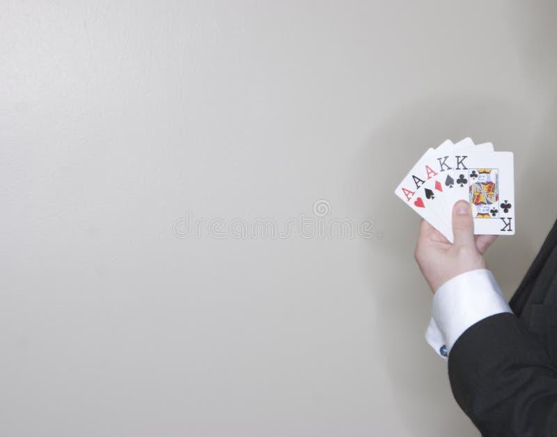 Homem que mostra sua mão dos cartões imagens de stock royalty free