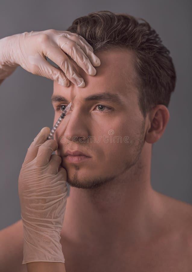 Homem que obtém a injeção foto de stock