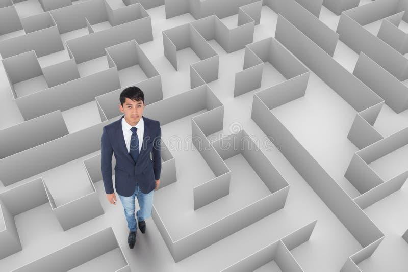 Homem que olha acima em um labirinto fotografia de stock