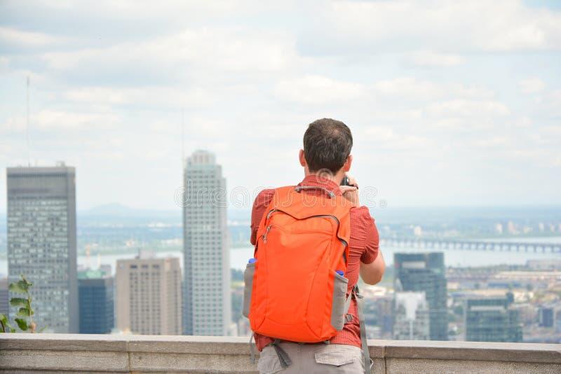 homem que olha a arquitetura da cidade do centro da skyline de Montreal imagens de stock