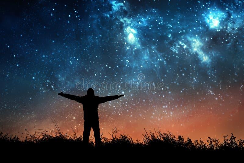Homem que olha as estrelas fotos de stock royalty free