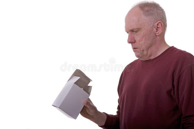 Homem que olha a caixa branca imagens de stock royalty free