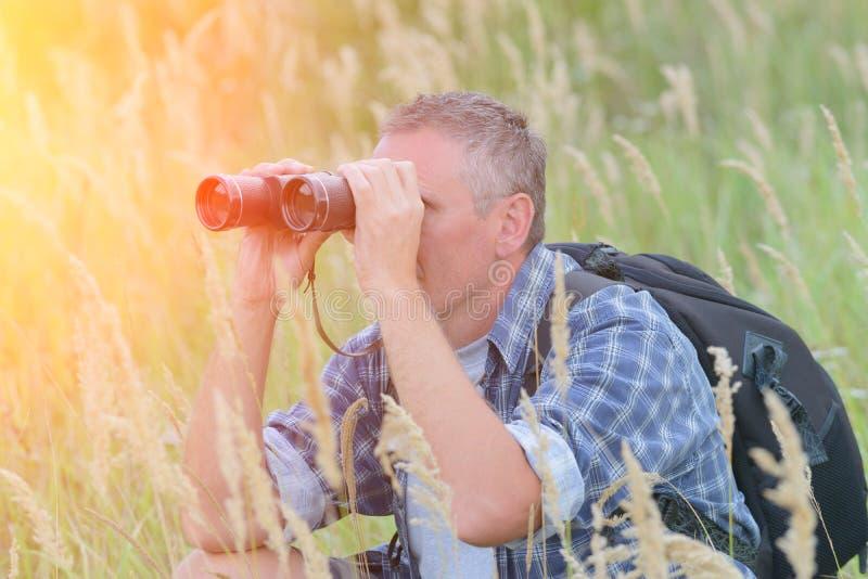 Homem que olha com binocular fotografia de stock royalty free